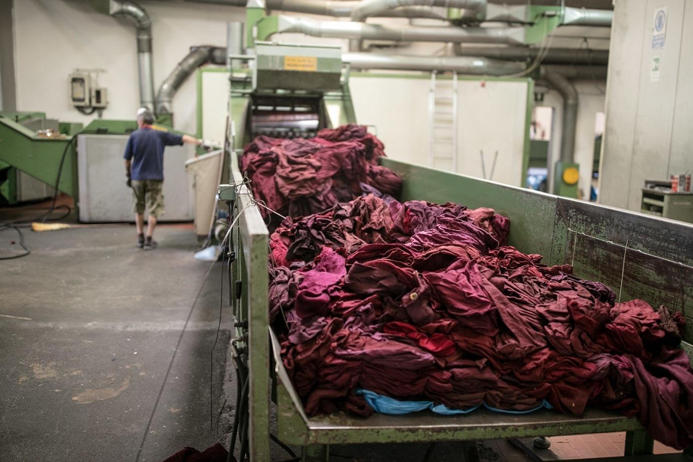 リサイクル・ウールは染色工程を省くことが可能なため、染料や化学薬品の使用をなくし、排水量も削減する。Photo: Tim Davis