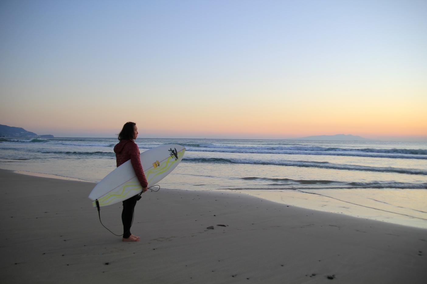 手足かじかむ冬の海、潮風がジャケットを包む。