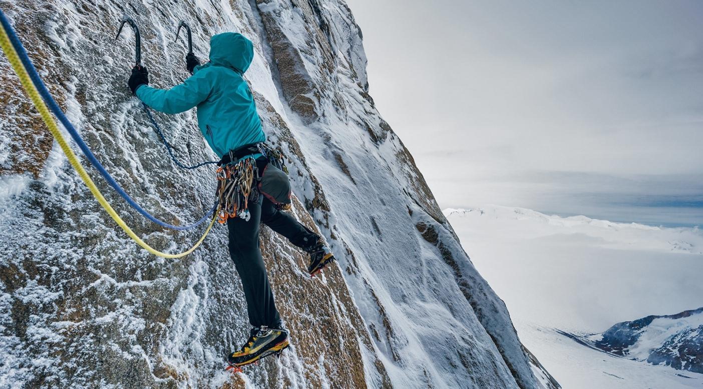 薄情な白状。花崗岩のわずかなエッジと小さな氷の塊だけを使って、アグハ・スタンダルトの「エグゾセ」の最初のピッチが、ランナウトと霧氷に彩られたイカしたものであることを認識するクリス・ミュッツェル。アルゼンチン領パタゴニア Photo: AUSTIN SIADAK