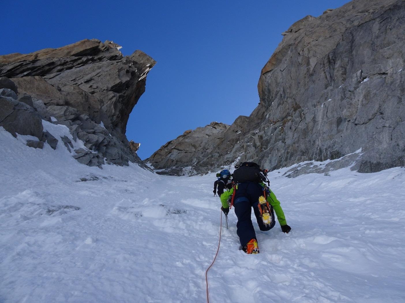 ツールロンド南壁 ジェルバズッティ・クーロワールを登攀中。