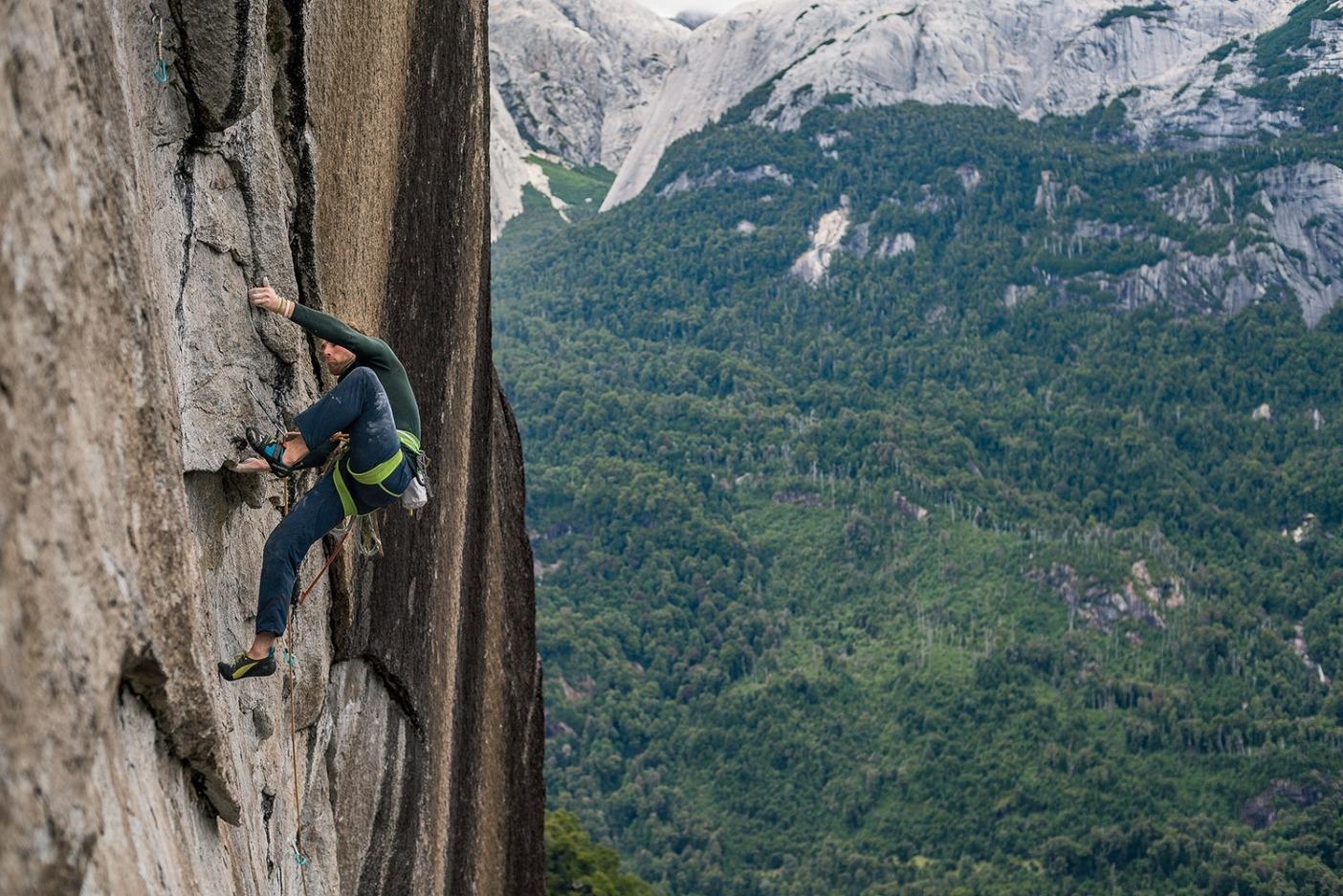 9a/5.14dの核心ピッチのシークエンス(フットホールドのないアンダーホールド帯からのっぺりとした壁へとつづく長いトラバース)をついに解決し、フリー完登への新たな希望を見出すロビー。Photo: Drew Smith