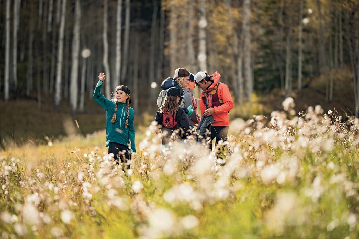 森林限界のすぐ下で過ごす時間は家族の絆を深める。一同で小休止するあいだに綿毛で遊ぶラージャ。Photo: Steven Gnam
