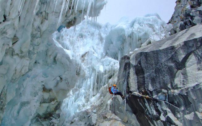 ブランカ山群 ランラ・パルカより巨大セラックを縫っての下降 写真:久野弘龍