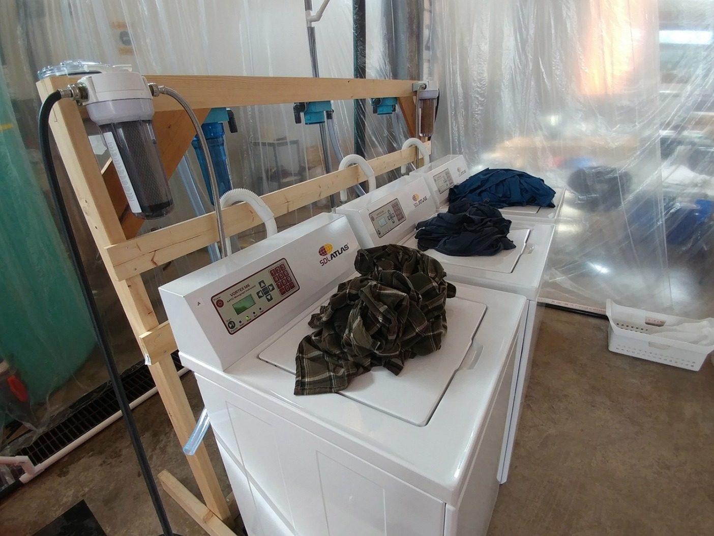 洗濯の研究には商業グレードの洗濯機が使われ、典型的な家庭の洗濯機のサイクルを模倣した。Photo: Mathew Watkins