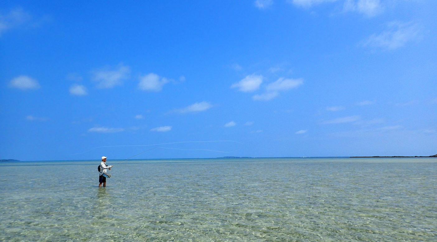 キャプ:リーフ手前の浅場では、魚影を捜しながら釣りをする「サイトフィッシング」が楽しい。 写真:永井洋一