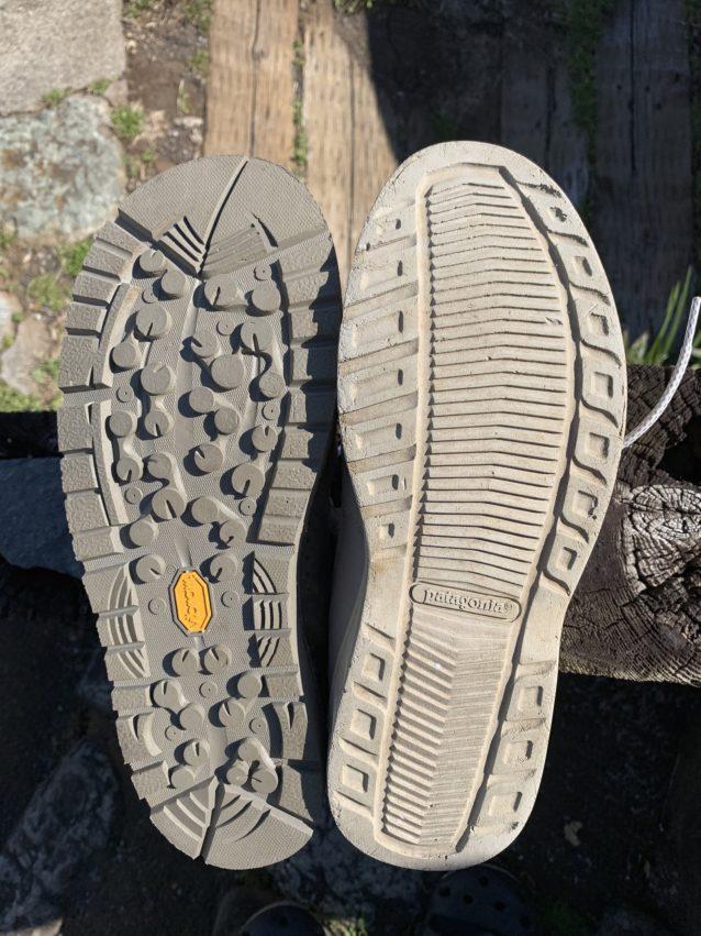 ワンシーズン西表島などの海で使った、旧モデル(右)とリバー・ソルト(左)のソールを比較。リバー・ソルトは写真でも分かりづらい微細なキズのみだが、旧モデルは凹凸が削られて丸くなり、所々に小さな亀裂が入っている。 写真:中根淳一