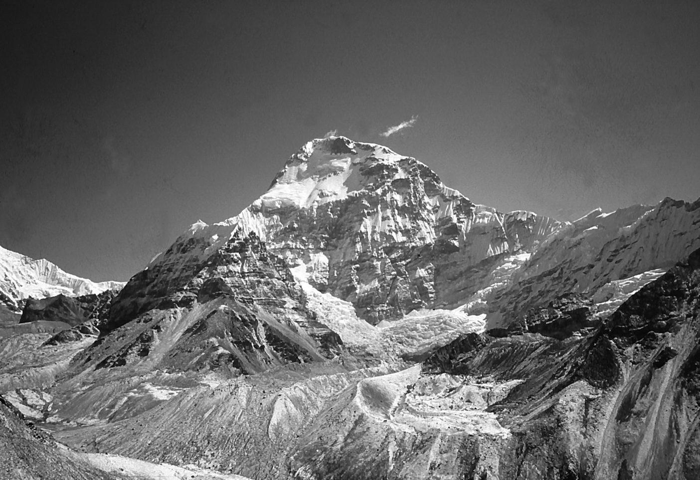 ネパールヒマラヤ、チャムラン(7,319メートル)。左の稜線が西稜。