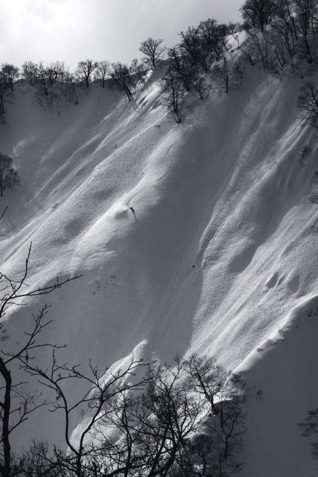 2000年のファーストデセントから年に数度のチャンスを狙って通うローカルシークレット。50度を越すノール系急斜面と地形の罠が待受ける。