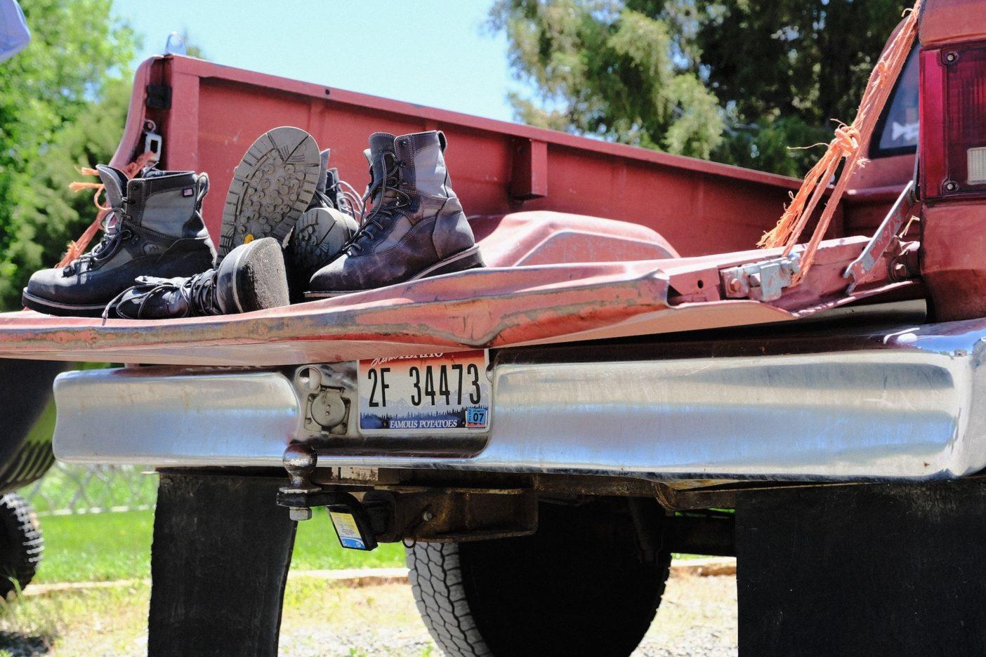 使われ、壊され、修理されるブーツが、使われ壊され修理されたトラックに乗せられた。