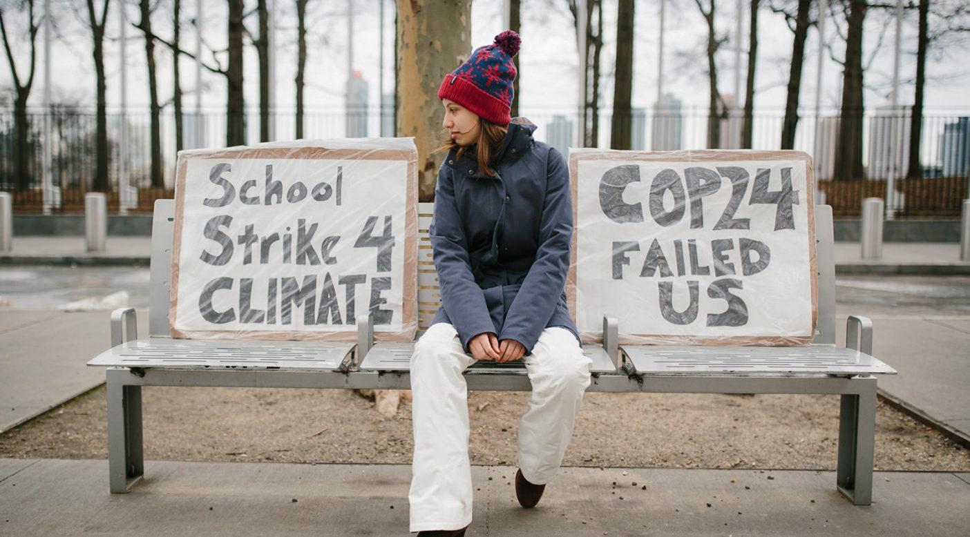 アレクサドリアは2018年12月14日、気候変動への未対応に抗議してストライキをはじめた。グレタ・サンバーグがスウエーデン国会の前で行う金曜日の抗議に感化されたのだ。彼女はたいてい2つのプラカードをもって、ニューヨークの国連本部近くのベンチに座る。「ほとんどの人が素通りしますが、ときに立ち止まり、プラカードについて質問する人もいます。スウエーデンの女性がある日私に気づき、グレタと学生のストライキ運動について知っていると言いました。私たちは一緒に写真を撮り、彼女は涙しました」Photo: Joel Caldwell
