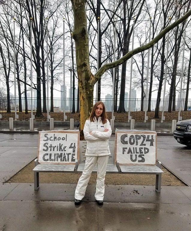 クライメート・ストライキ第9週目のアレクサンドリア。「ニューヨーク市での@UN #ClimateStrikeの第9週目。今日は一般教書演説で議会の刺激的な女性と団結し、グリーン・ニューディールを支援して婦人参政権を象徴する白を着用しています。気候変動の活動は女性主導です!#ClimateSuffragette #FridaysForFuture @GretaThunberg @350」Photo: Kristin Hogue