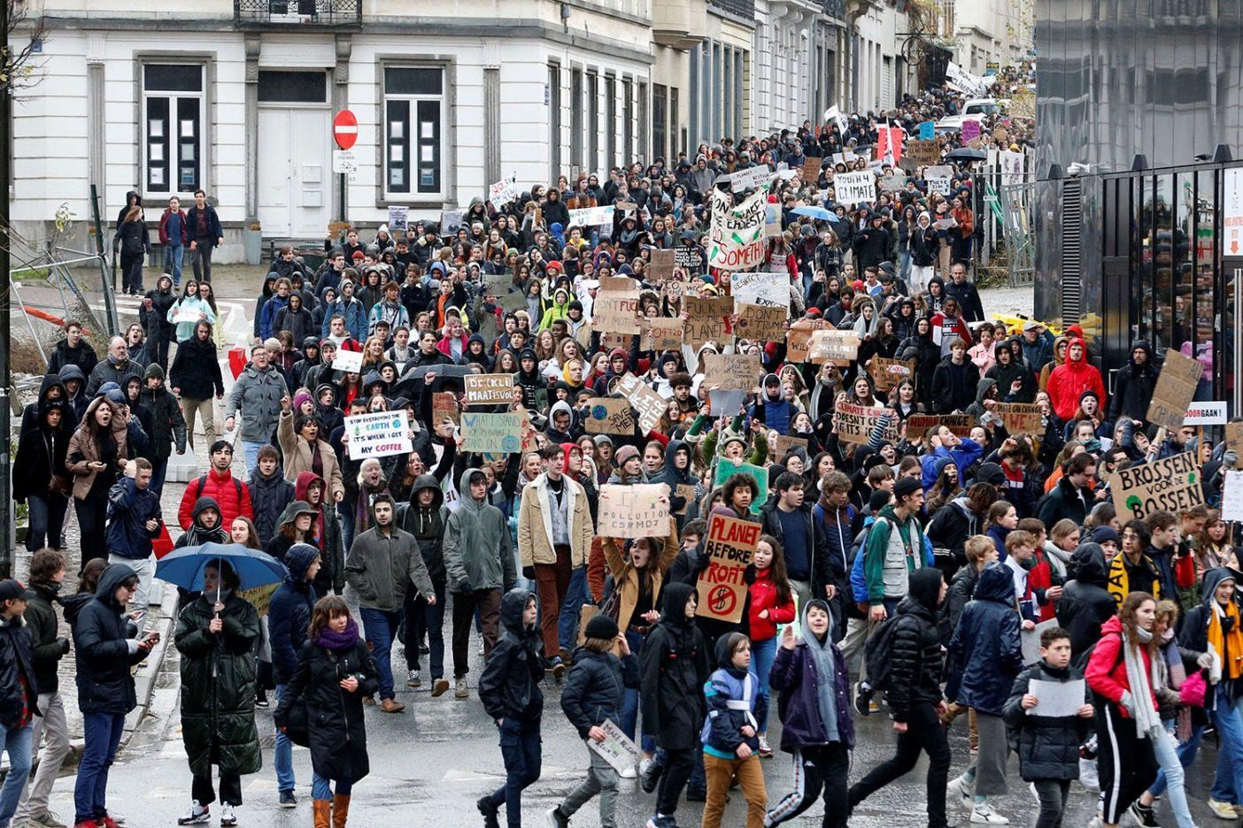 何千人もの学生が2019年1月24日ベルギーで、世界のリーダーたちが気候危機を緩和するために大胆な行動を起こすことを要求して、デモ行進した。ヨーロッパとその他世界各地でグレタ・サンバーグがはじめた「フライデー・フォー・フューチャー」イニシアチブの一部として、さらに多くの抗議が起こっている。Photo: NICOLAS MAETERLINCK/AFP/Getty Images
