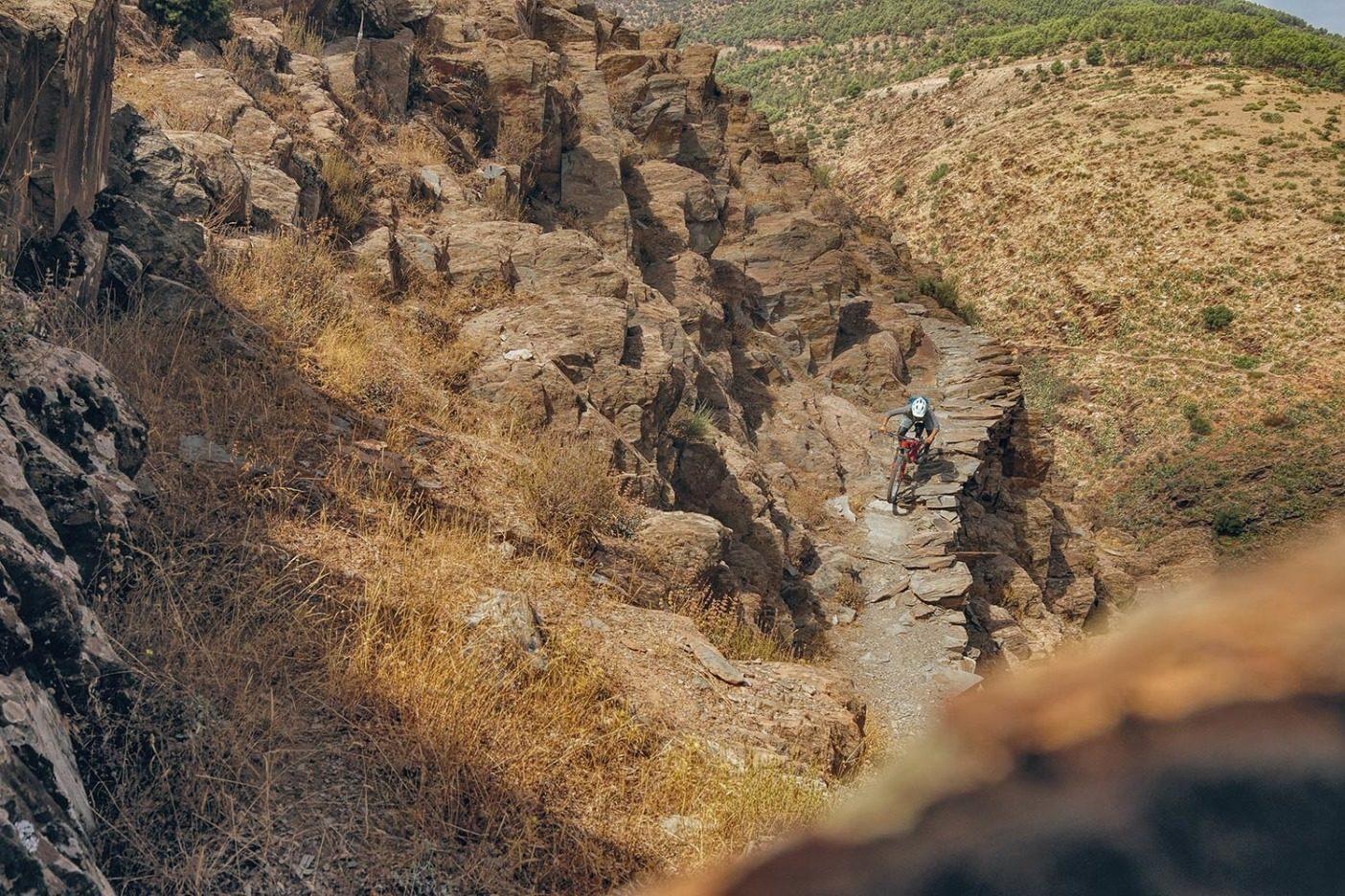 アミズミズのスーク(市場)へとトレイルの最後の区間を下るレイラニ・ブランツ。アメリカで複製するとしたら 1 キロメートル当たり85,000 ドルを要すると推定され、信じられないほど精巧で複雑な区間。Photo: Leslie Kehmeier