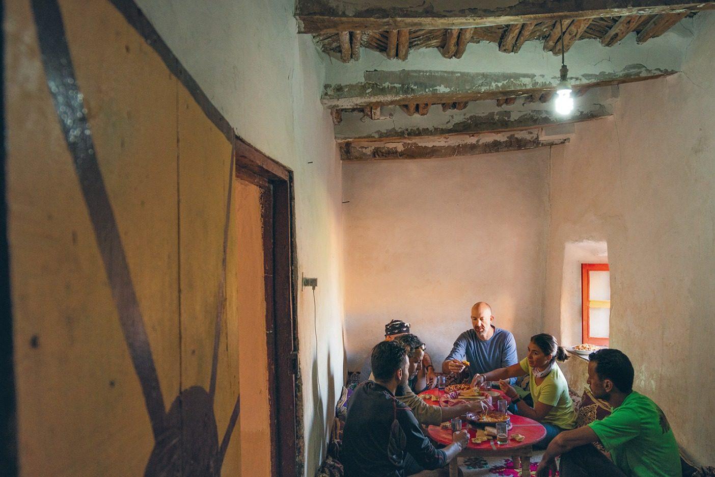 ドゥズルゥの村をライディング中、ハミード・アシュトゥクが自宅での朝食にチームを招き、タジンと呼ばれる円錐形の土鍋に入った卵とトマトと タマネギのシチュー「アマジグ流オムレツ」でもてなしてくれた。Photo: Leslie Kehmeier