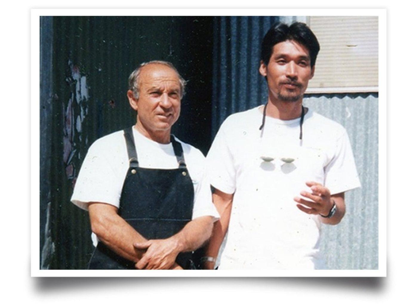 創業者イヴォン・シュイナード(左)と坂口信司さん(右)。カリフォルニア州ベンチュラのパタゴニアのオフィス前で。写真に印刷された日付は1994年6月となっている。
