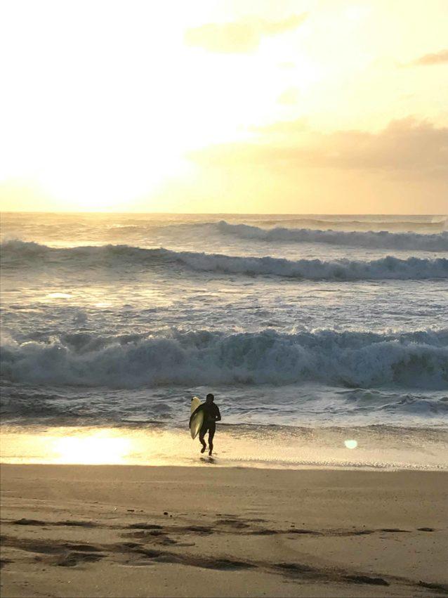 大波を乗り切り、大地を踏みしめた瞬間、えも言われぬ安堵感に包まれた。オアフ島ノースショア、ワイメア・ベイ Photo : Kazumi Okita