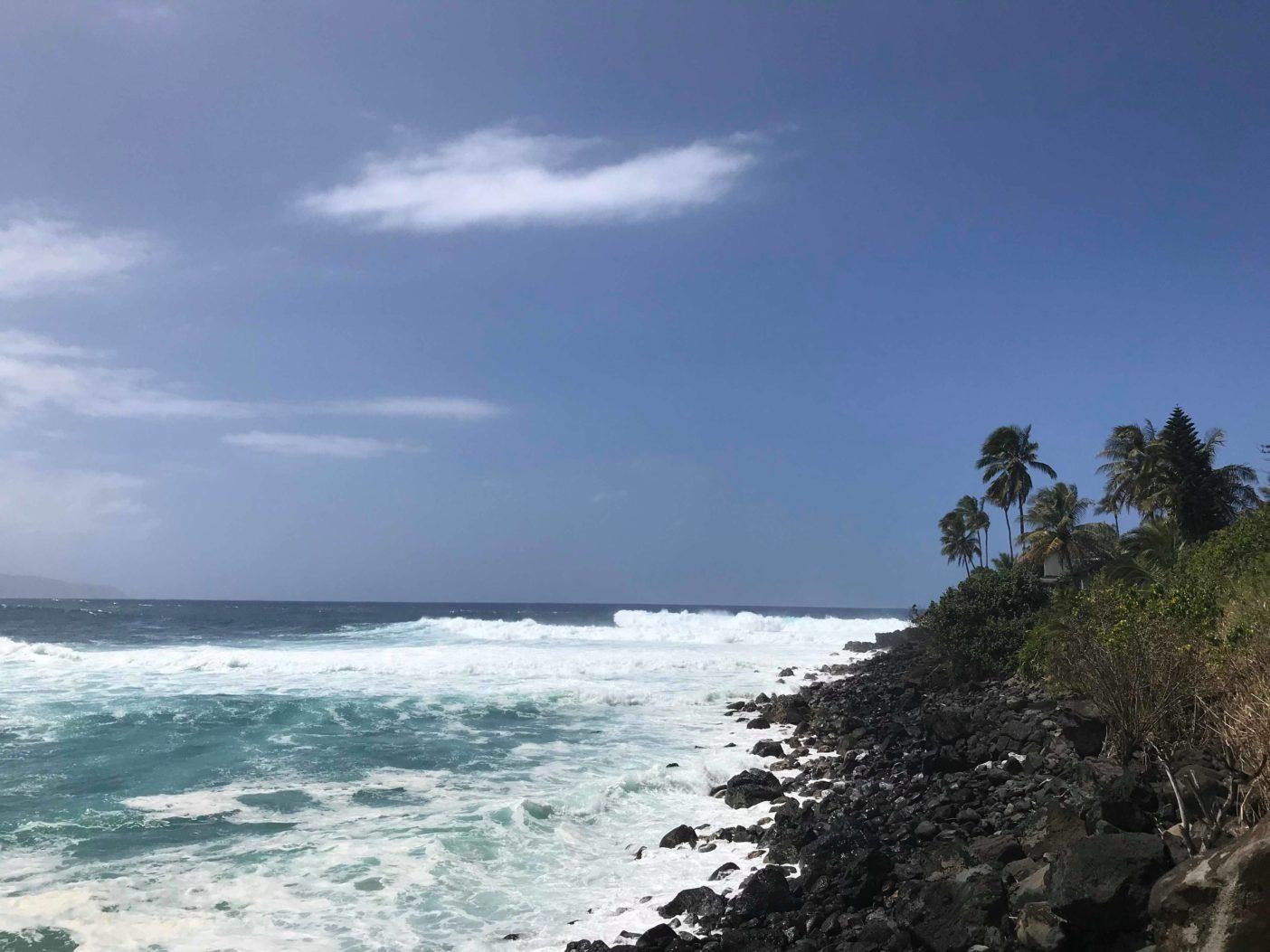 良い波に出合うためには、その時その場所にいることが最も大切なこと。風とともにスウェルが入りはじめた午前中のワイメア。オアフ島ノースショア 写真:田中 宗豊