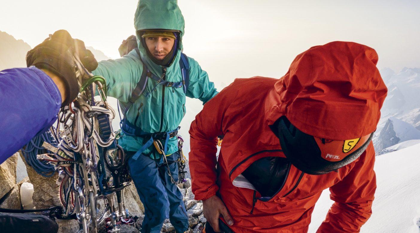 夜明けのスタート。登攀2日目の早朝、スワードはギアラックをつかんで最初にリード。それから1時間のうちに臨死体験に遭遇しようとは、誰も知る由もなかった。 Photo: Austin Siadak