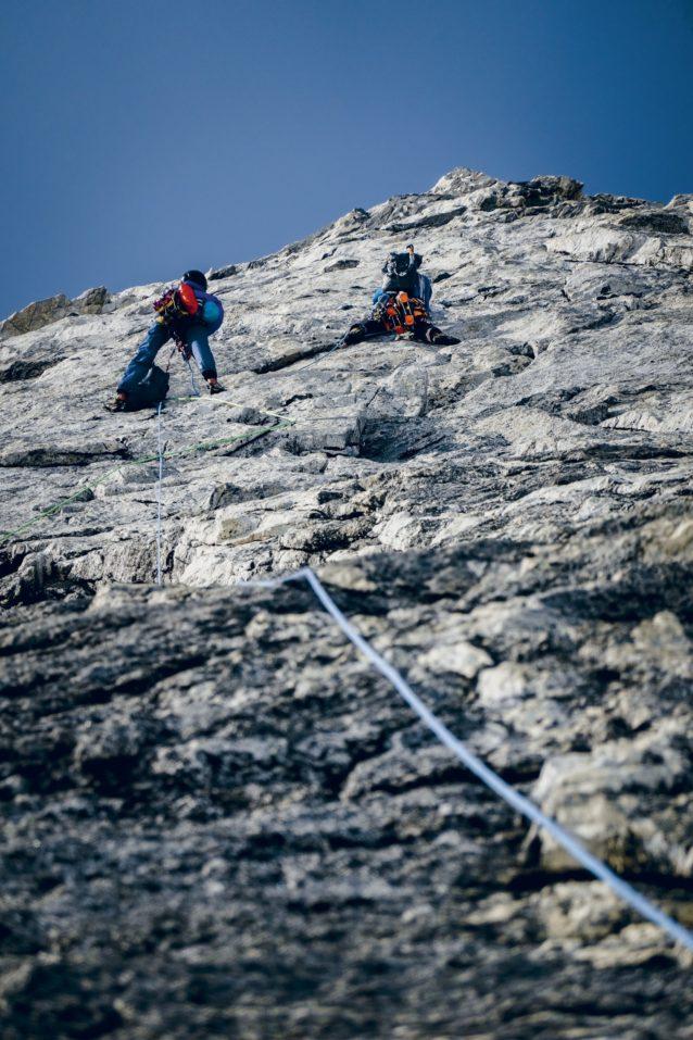 事故の前日、マウント・ワディントンのマクナーズニー・ピラーを約半分登ったところでリードを取るスワード。 Photo: Austin Siadak