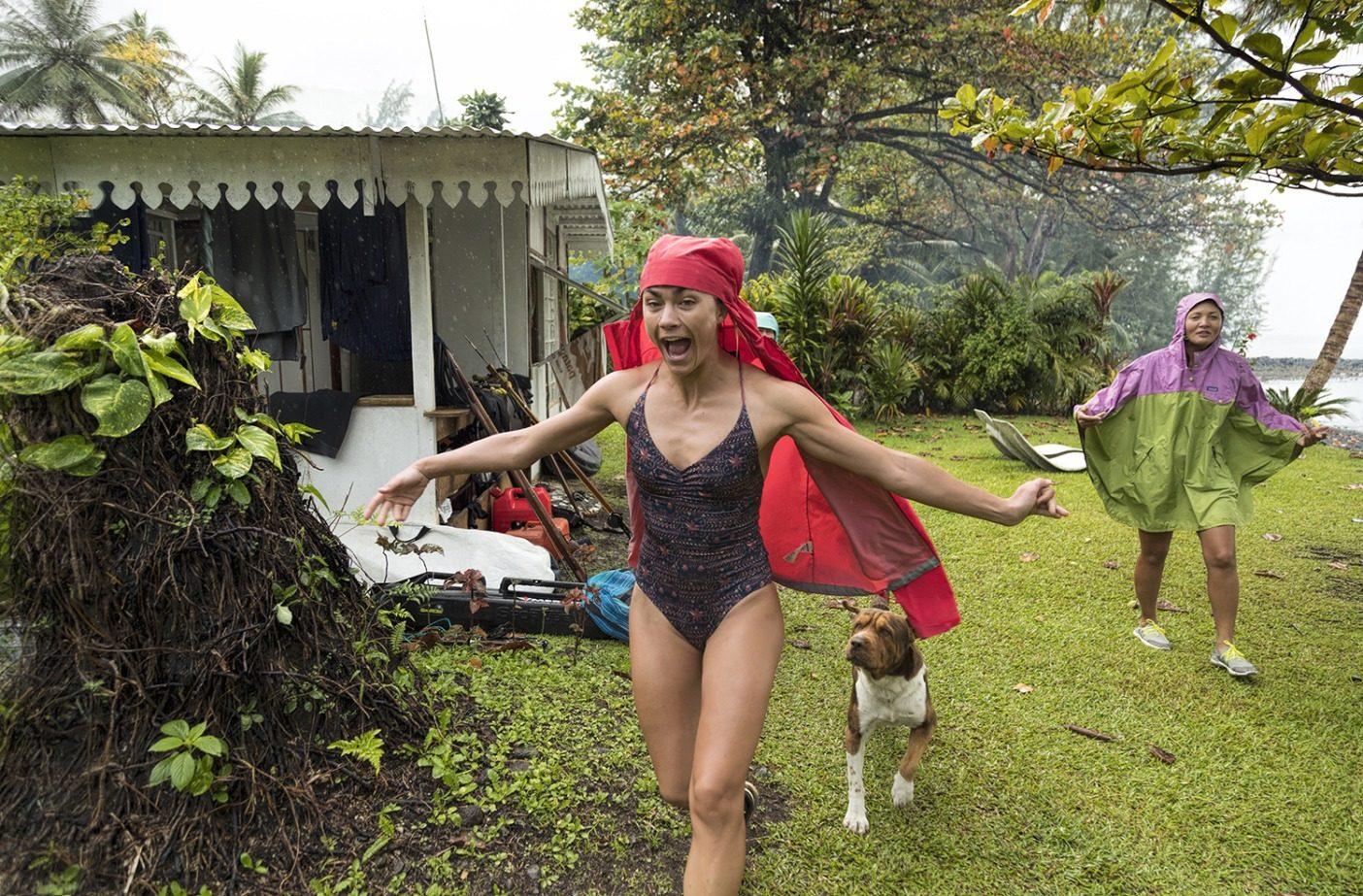 「エネルギーを取り戻した最後の朝、私はバンガローから谷を400 メートルほど登ったところにある淡水池へひと走りするという考えで目が覚めました。雨が激しく降っていましたが、私たちはスイムスーツとレインジャケットを身に着けて、この魔法のような場所を味わう最後の ひとときのために池へと出発しました。」──リズ Photo: Justin Turkowski