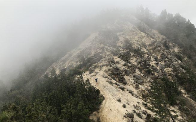 水沢岳の急な斜面を登る