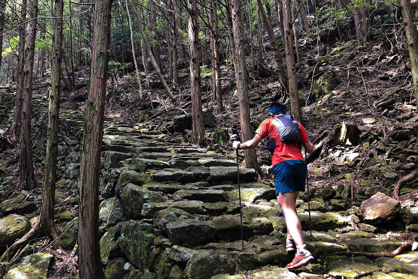 松本峠、石畳の坂道を進む