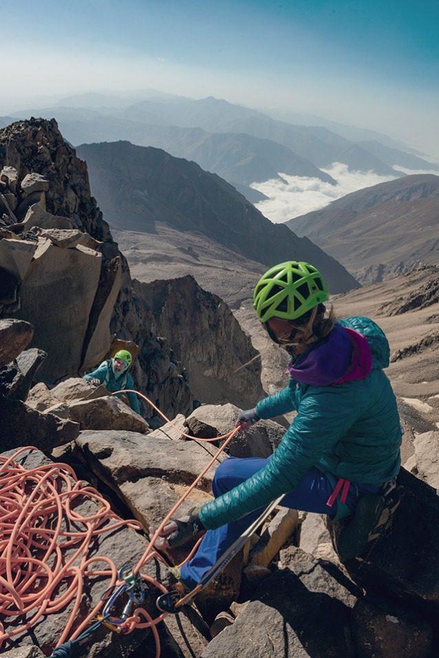 パートナーと山で築く関係は深く、独特で、貴重なものであり、私たちの多くにとって、山は日常生活から逃れる場所でもある。しかしイラン人クライマーたちにとっての山で過ごす時間と日常生活の差は、よりはっきりしている。 Photo: Beth Wald