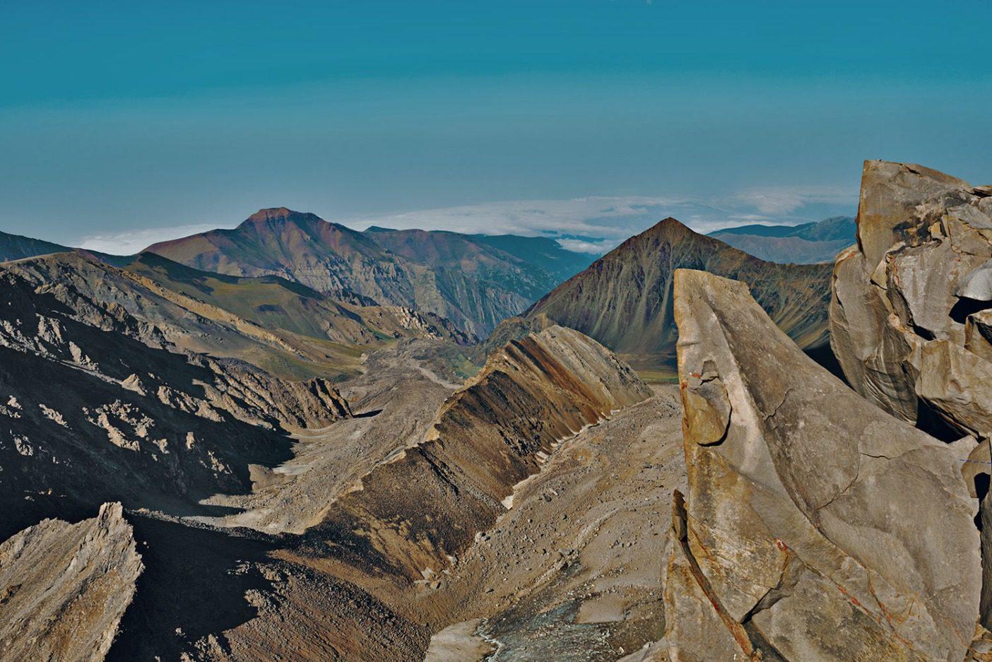 アラムクーの山頂からギザギザに伸びる尾根が、まるで花崗岩でできた巨大なステゴサウルスの背中のように切り立っていた。乾燥した茶色の頂や谷は標高差約4,800メートル下で雲に覆われたカスピ海へとつづく。イランで2番目に高いアラムクーは、イラン北部を分断する狭い高地に連なる峰々と火山帯であるアルボルズ山脈の一部。この山脈はカスピ海の湿った空気を封じ、南に広がるイラン高原に乾燥した雨陰を形成する。その野生的で壮大な風景は、ゾロアスター教の宇宙の山々とも名前を共有し、太陽や月や星を超越した世界の中心にあると信じられている。アルボルズ山脈とアラムクーは、ほとんどの人間が住む混雑した目まぐるしい都会から逃れることを望むイラン人にとって、寓話の世界として存在する。これらの高山は、イランの日常生活の一部であるしきたりや制限、国の監視から逃げるための避難地だ。 Photo: Beth Wald