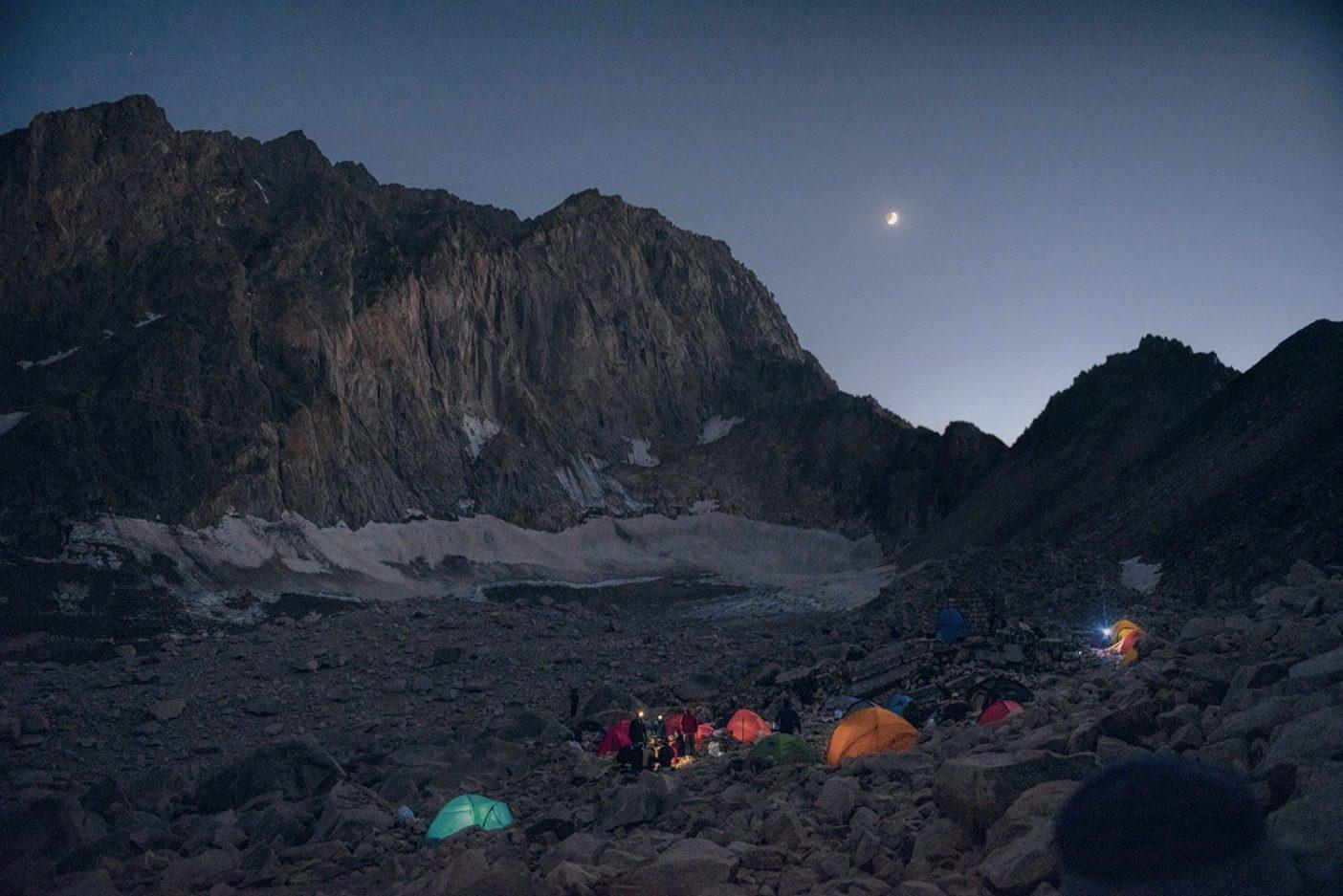 拡大しつづける人口1,500万のテヘラン首都圏までは100キロメートル弱しか離れていないものの、私たちがいたアラムクーのベースキャンプはカラスが空を舞い、まるで異次元のようだった。極度に冷え込んで闇が広がる夜には、アラムクー山塊の背後に月が沈み、火星が瞬き、天の川が幾千もの銀河を藍色の夜空に散りばめていた。 Photo: Beth Wald