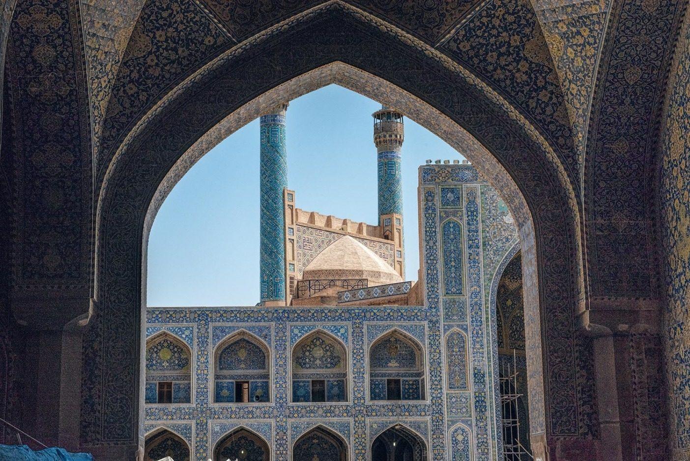 イランに到着して2日目、まだ時差ボケで、イスファハーンの街の喧騒と威圧的な暑さに惑わされていた私たちは、モスクに足を踏み入れると、暗闇と神秘的な空間に包まれた。頭上の巨大なドームを見上げ、暗さに目が慣れてくると、壮大なカーブを描いた表面に複雑なモザイク模様が踊るように広がっていた。私たちのガイドのモハメッドは2,500年以上もつづくペルシャ文化を自身が受け継いでいるという事実に誇りをもちながら、ペルシャ芸術と建築が反映する傑作の歴史について語ってくれた。この建築物はそれが開花した400年前、ペルシャ帝国が拡大するサファヴィー朝の時代に建てられたそうだ。そこで私は、精妙なタイルで覆われたファサードと入口のイーワーンに立つ尖塔を完璧な額に収めた、このアーチ状の門を見つけた。内側と外側、影と光、アーチとパターンとラインが調和して繰り返される空間。 Photo: Beth Wald
