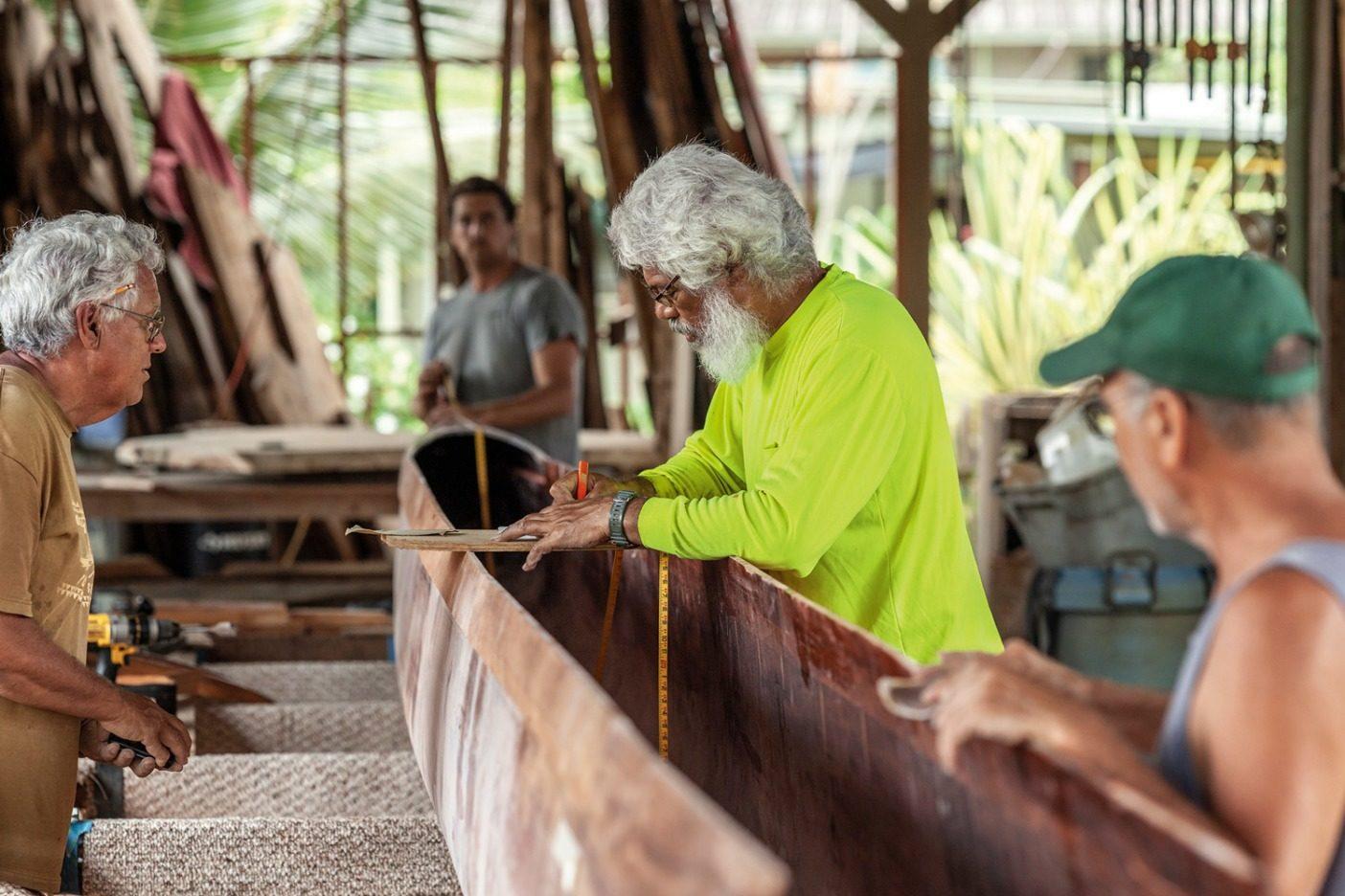 木製カヌーは自己のマナを宿した生き物であり、それを扱うためには技術と理解と敬意を要する。仮設のハーラウで長年の経験を活かすアンクル・マイロン・ヴァン・ギーソン。ハワイ州ハレイワ Photo: John Bilderback