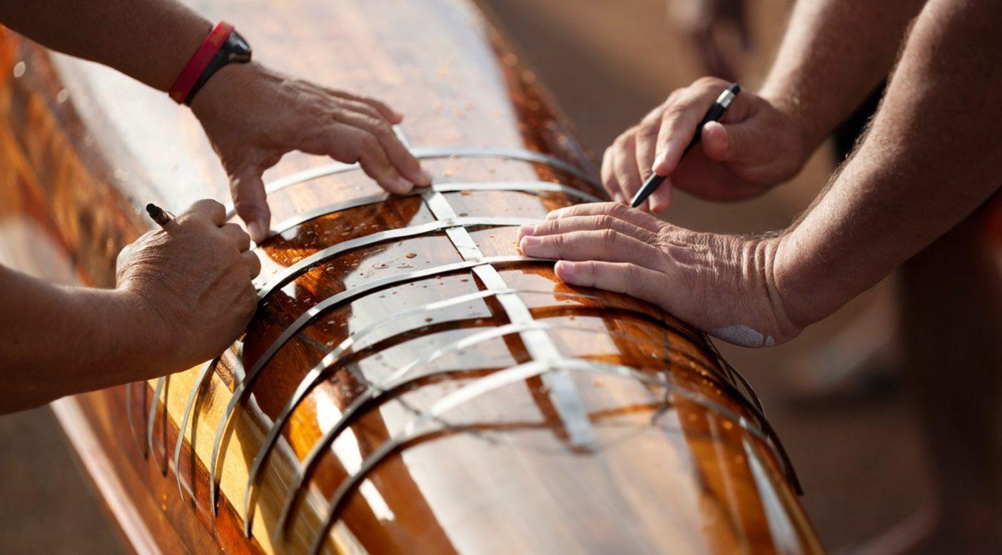 何か月にもわたる復元作業の末、全長14メートルのカヌー「ウイ」はケエヒ・ラグーンでの水位線試験で精密な測定を受け、ふたたびレースに出る準備ができていることが承認された。ハワイ州 Photo: John Bilderback