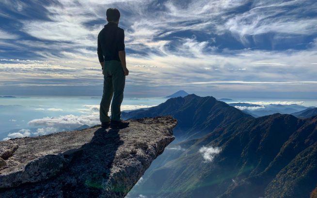 故きを温ねて新しきを知る。甲斐駒ヶ岳黒戸尾根に古くからある祈りの場にて。写真:花谷泰広