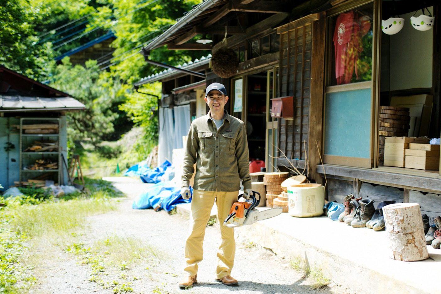 理想の林業を掲げて活動する、「東京チェンソーズ」代表の青木さん。写真:五十嵐 一晴
