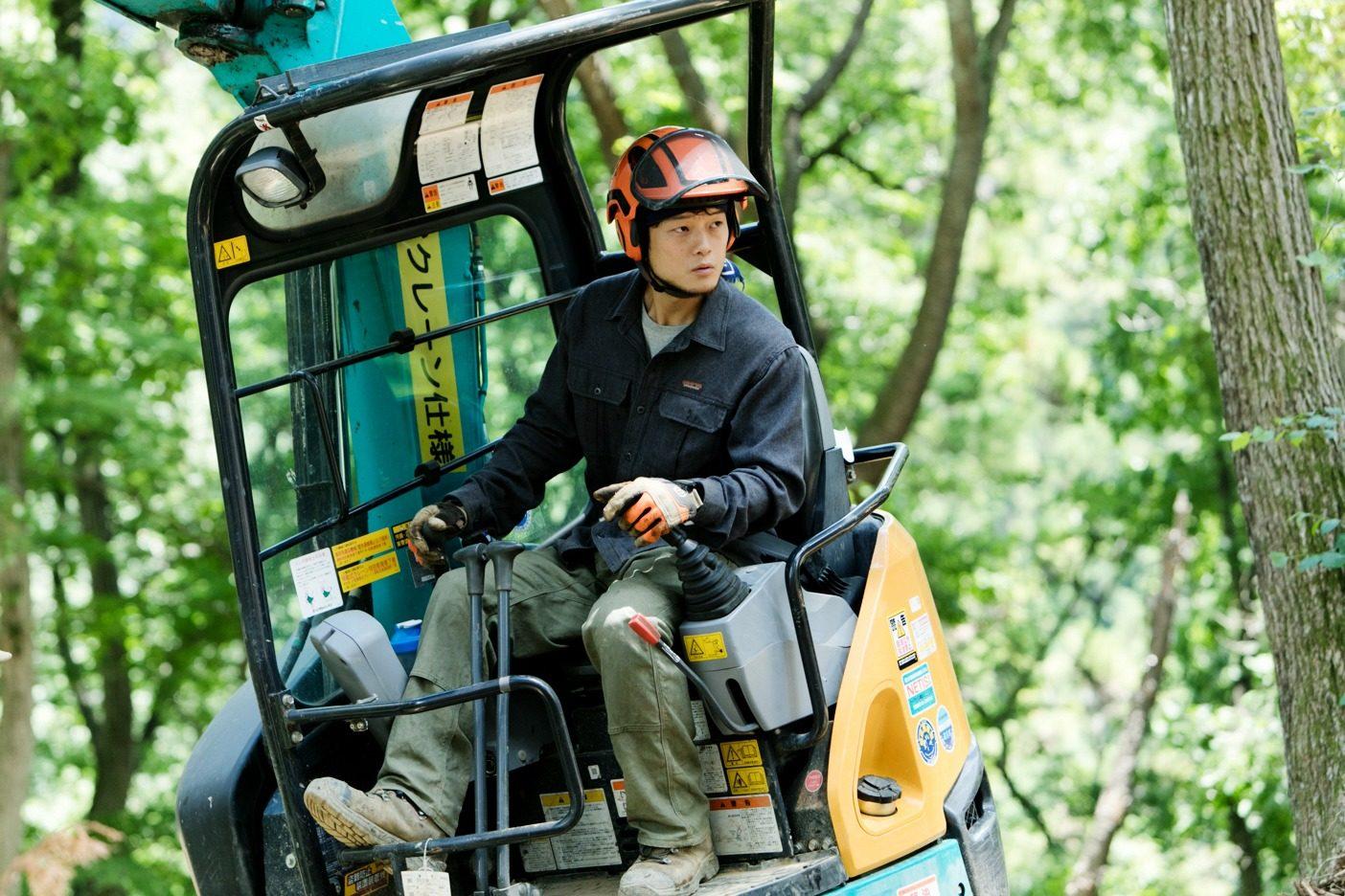 秋以降に行われる伐採・搬出作業に備え、重機が山に入れるよう作業道を造る。「東京チェンソーズ」では、自然になるべく負荷をかけない、ハイキングトレイルのような作業道づくりを行なっている。写真:五十嵐 一晴