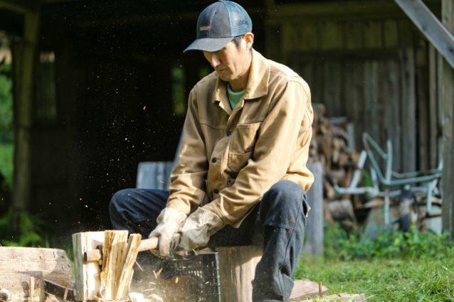 森林の整備作業で出た間伐材を譲り受け、薪にする。最近は師匠について山に入ることが何より楽しい、と田中さん。写真:五十嵐 一晴
