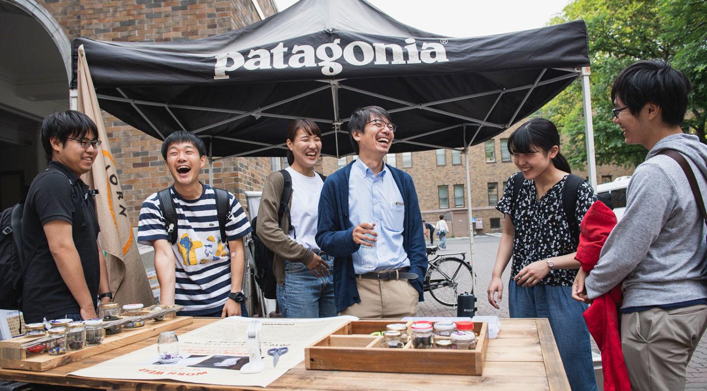 Worn Wearブースの前で談笑する北海道大学大学院農学研究院 小林国之先生とそのゼミ生たち Photo: Jason Halayko