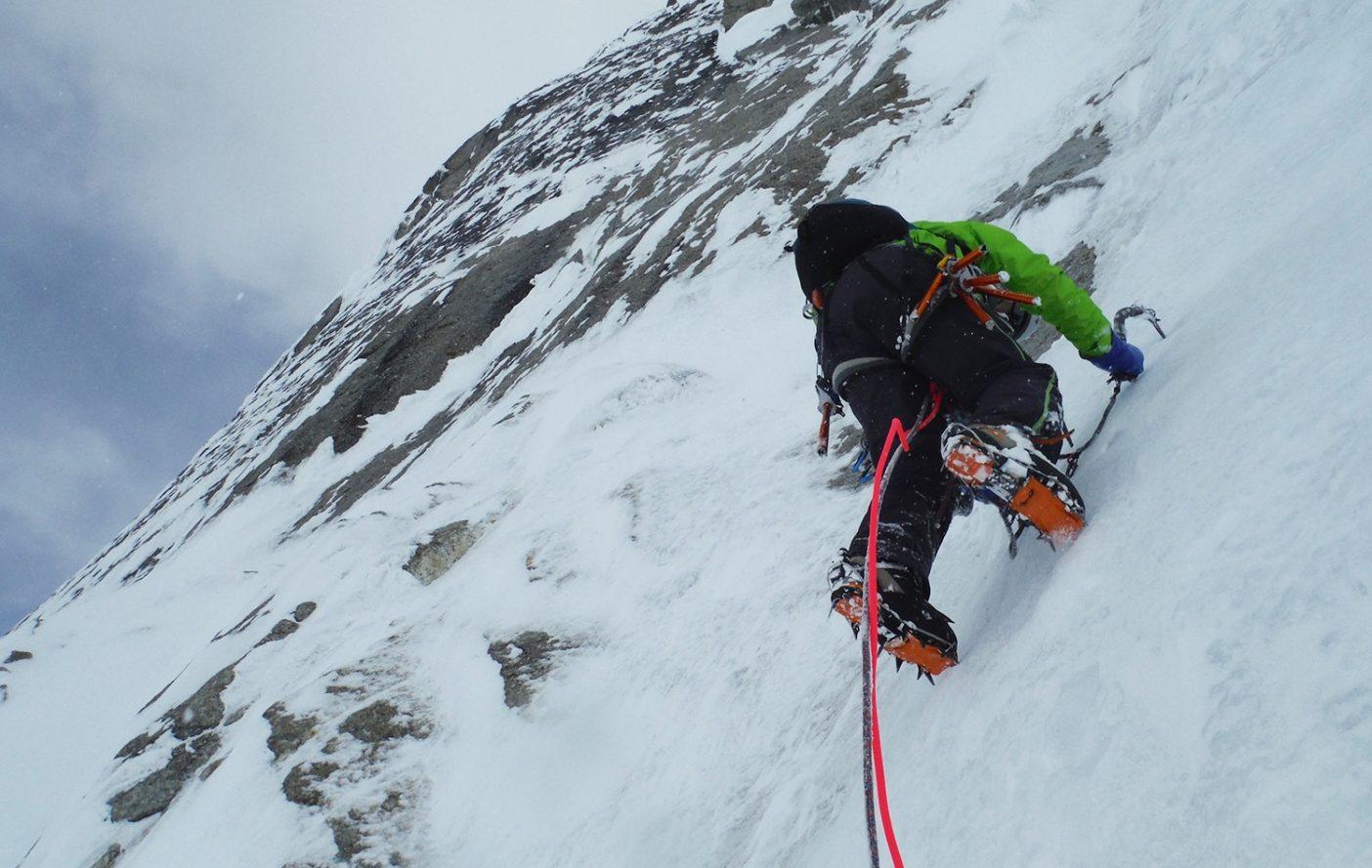 薄い氷を登る大石 写真:鈴木 啓紀