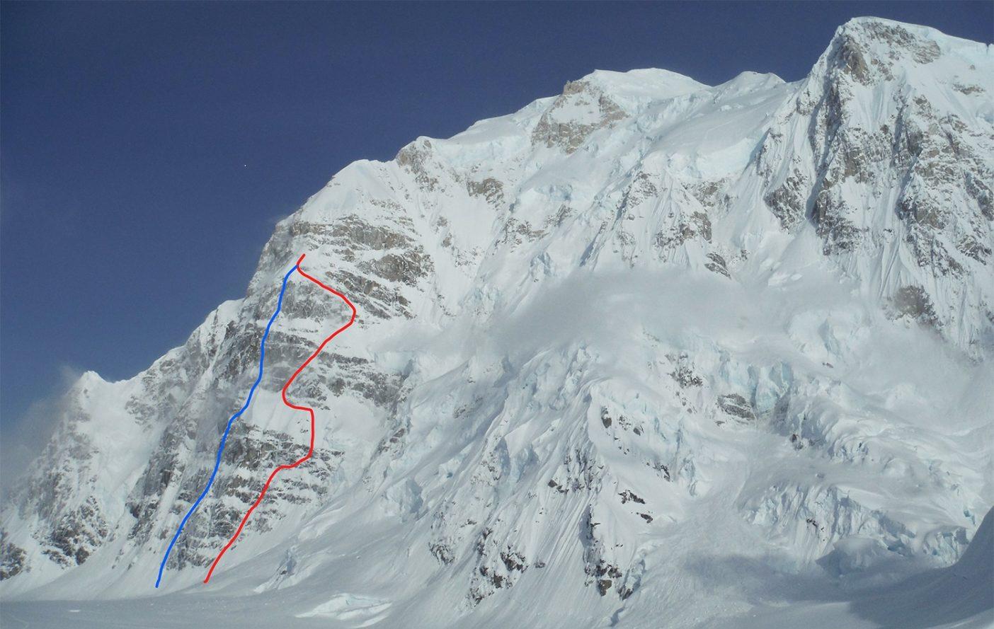 赤線は登攀ライン、青線は下降ライン 写真:鈴木 啓紀
