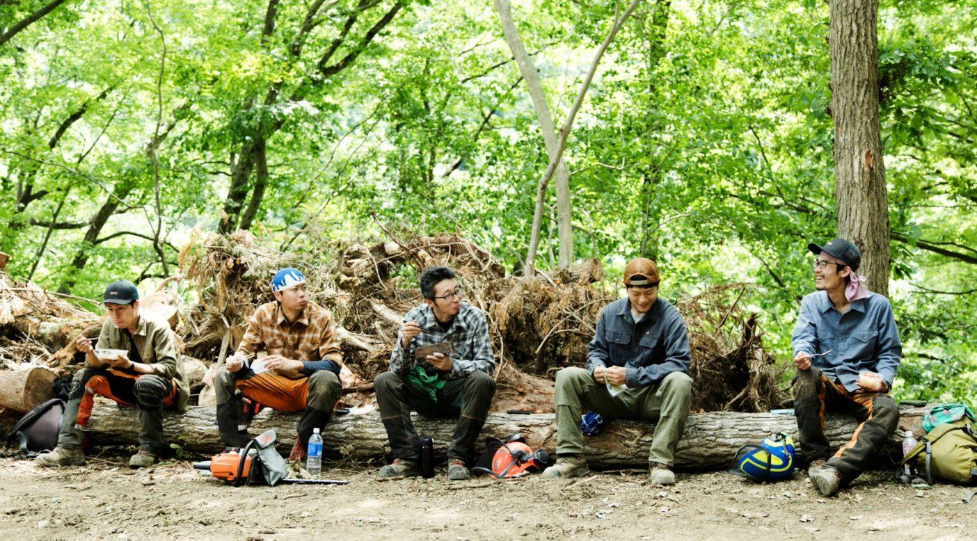 檜原村の森林を中心に、森林の管理や整備から森林にまつわるイベントの企画・運営まで、幅広いジャンルで活動する「東京チェンソーズ」のスタッフたち。写真:五十嵐 一晴