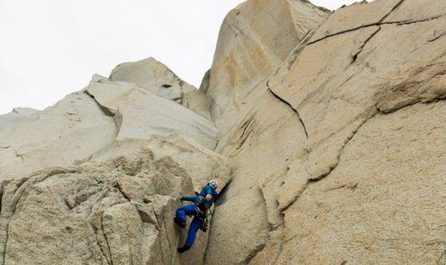 クライミング・アンバサダー 横山 勝丘、パタゴニアにて。写真:佐藤正純  ベースレイヤー:キャプリーン・ミッドウェイト・ジップネック  ミッドレイヤー&アウターシェル:マイクロ・パフ・フーディー