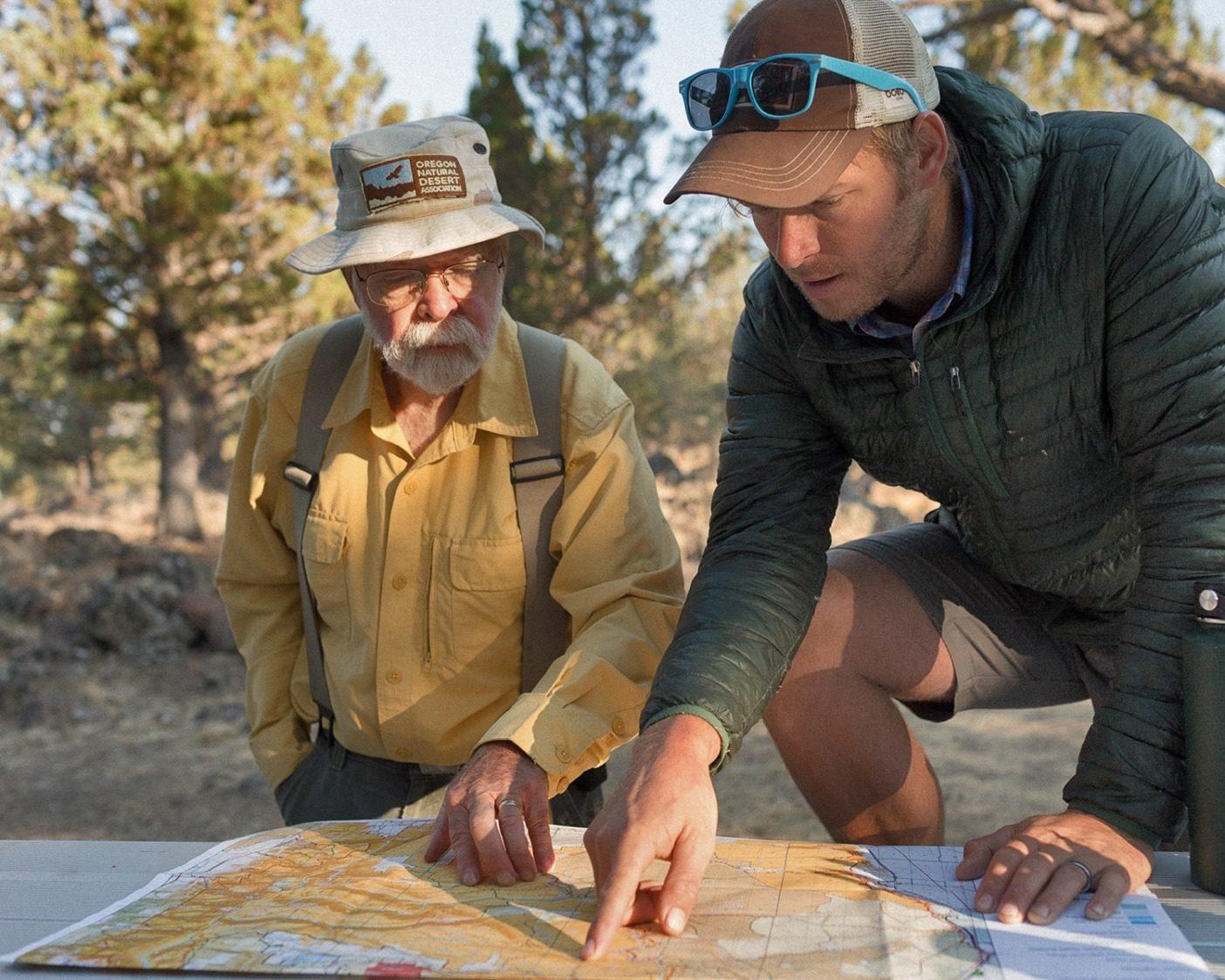 〈オレゴン・ナチュラル・デザート・アソシエーション(ONDA)〉はオレゴンの高地砂漠でボランティアをハンズオンの保護および修復活動と結びつける。10年以上もスティーンズ・マウンテンのボランティアとして働いてきたクレイグ・テリーと〈ONDA〉のスチュワードシップ・コーディネーターのマイケル・オケイシーが、その日の目標について会話する。Photo: Sage Brown