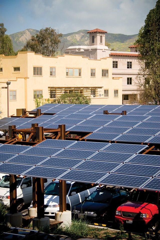 ありがたい日陰と、ラップトップ用の電源。ベンチュラ本社の太陽光発電パネルはアメリカのパタゴニアで必要な電気100%を再生可能資源で賄うことができている手段のひとつ。Photo: Tim Davis