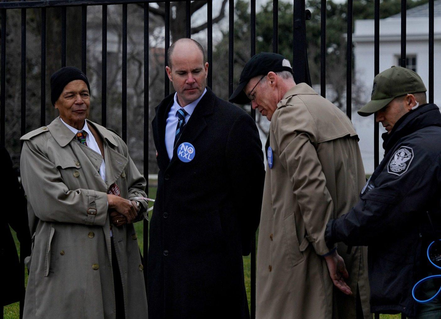逮捕可能。2013年時点で、「大部分は著作家」からKXL反対のリーダーに転換し、キーストン・パイプラインに抗議中にホワイトハウスの前で手錠をかけられる著者。しかしながら、その日拘置所では〈シエラクラブ〉のエギュゼクティブ・ディレクターのマイケル・ブルーニ、社会正義活動家のジュリアン・ボンドといった豪華な面々と一緒だった。Photo: Michael S. Williamson/The Washington Post via Getty Images