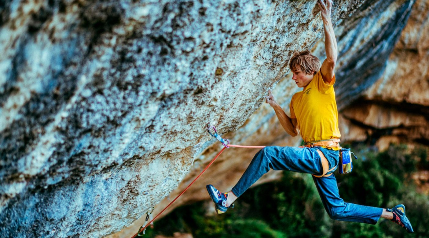 世界で最もハードなルートのひとつ「ペルフェクト・ムンド」の初登に際し、右手のワンフィンガーから恐ろしいピンチへのデッドポイントという、象徴的な核心のムーブを決めるアレックス。Photo: Ken Etzel