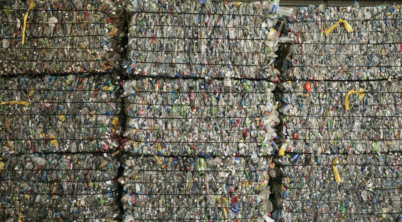 アメリカのペットボトルの回収率は30%以下。リサイクル施設に到達したこれらの幸運なボトルは、溶かされてリサイクル・ポリエステル製のギアに変身する。この秋、パタゴニア製品ラインの対重量比の69%はリサイクル素材に由来するもの。Photo: Lloyd Belcher