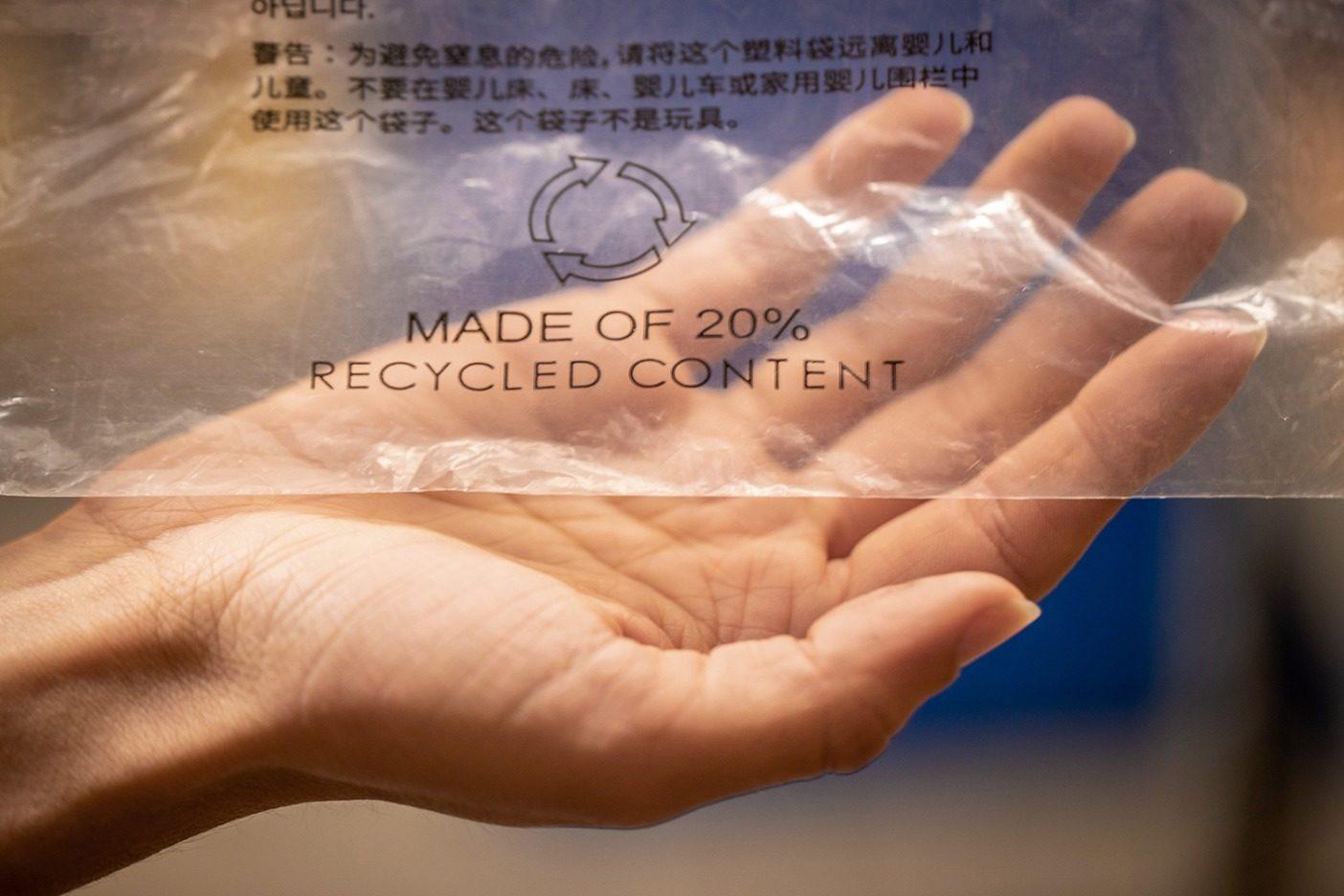 道路脇リサイクル・プログラムは、パタゴニア製品を梱包するのに使われたポリ袋はおそらくリサイクルできないが、それはほとんどのスーパーチェーンとパタゴニアの全ストアで可能。ポリ袋はプラスチックのフィルム製で、パタゴニアの袋は20%のリサイクル素材を含む。来春、パタゴニアのポリ袋のすべてが100%リサイクル素材製となる。Photo: Tim Davis