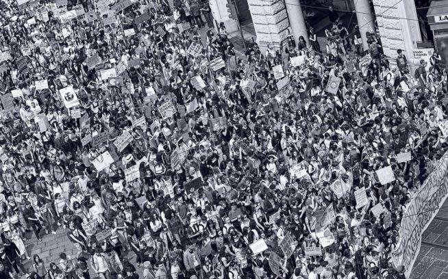 今年の春の世界的なストライキの日に、世界のリーダーたちに気候危機のための大胆な行動を要求してイタリアのトリノに集まった活動家たち。これは毎週金曜日に学校に行かずにストライキをする学生の運動、Fridays For Future(未来のための金曜日)によって組織された数多くのデモのひとつ。 Photo: Stefano Guidi/Getty Images