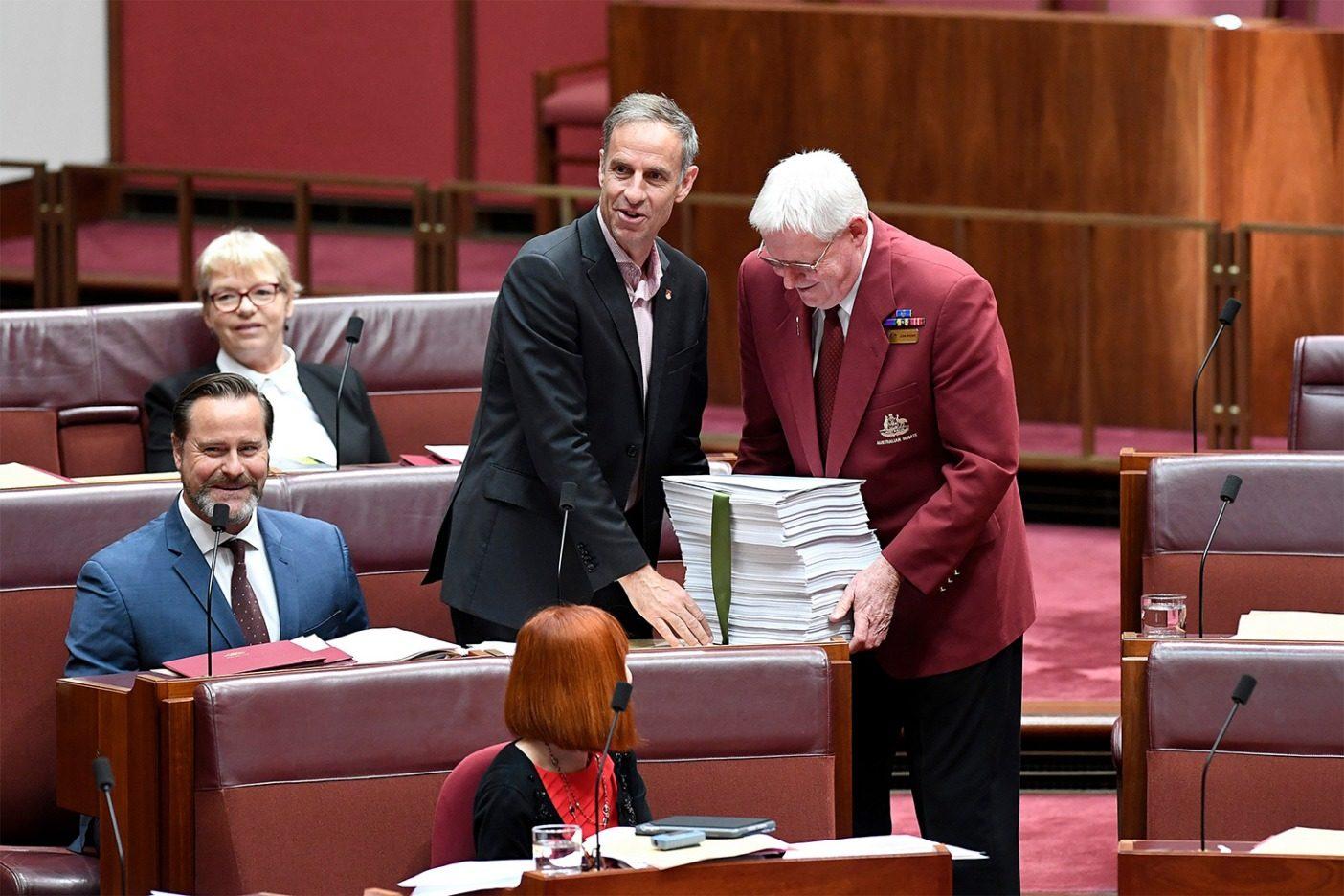 オーストラリア議会に嘆願書を提出する緑の党の連邦議員ニック・マックキム(写真)とピーター・ウィッシュ・ウィルソン。この時点で27万人以上が署名していた。Photo: Penny Bradfield