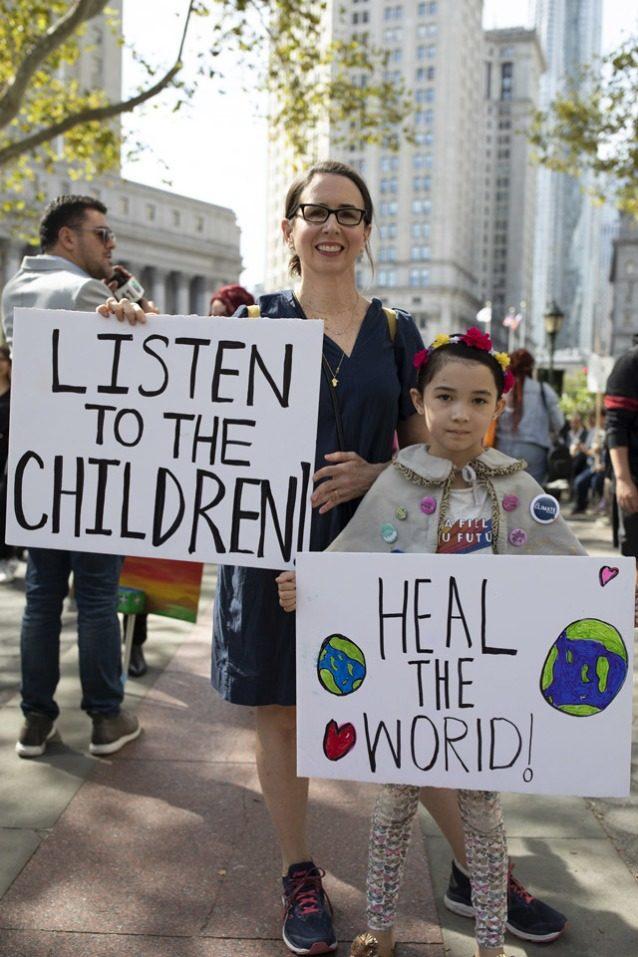 9月20日のニューヨーク市での気候ストライキに参加した若い活動家エイブリーとその母エリザベス。Photo: Keri Oberly